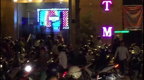 Cảnh chém loạn xạ trước bar MTM rạng sáng 28/7. Ảnh: Cắt từ clip