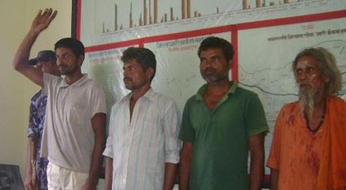 Thầy tế (áo cam) và 4 trong số những kẻ tham gia giết hại cậu béJivan Kohar. Ảnh: CNN