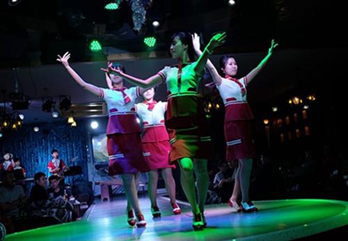 Một nhóm nhạc do đích thân Kim Jong-un lựa chọn đangbiểu diễn cho du khách Trung Quốc. Ảnh: AFP