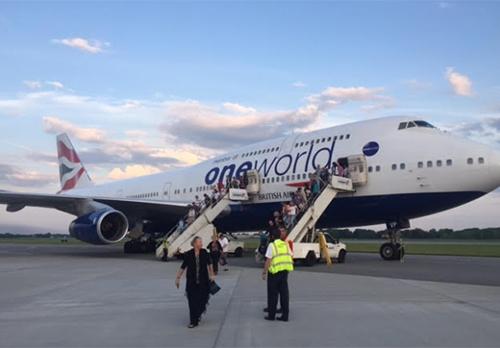 (Ảnh) Hành khách di chuyển khỏi máy bay BA274 của British Airways sau khi hạ cánh xuống sân bay quốc tế Pierre Elliott Trudeau tại Montreal, Canada. (Nguồn: CBC News)