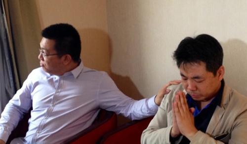 """Steve Wang (trái), người có mẹ đi trên chuyến bay xấu số, cho hay ôngbiết toàn bộ thông tin này qua mạng Internet"""".Ảnh: SCMP"""