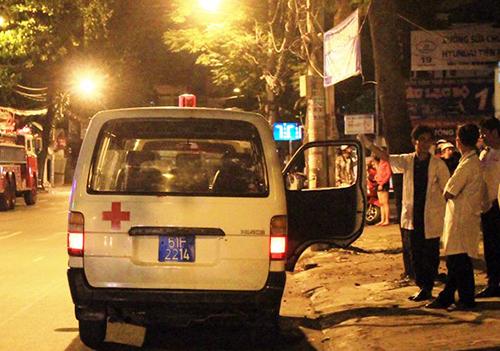 Xe cứu được huy động và đã chuyển 5 người ngạt khói đi cấp cứu. Ảnh: Hải Thuận.
