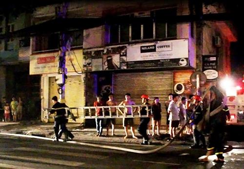 Cảnh sát dùng thang để bắc lên tiếp cận đám cháy, cứu người. Ảnh: Hải Thuận.
