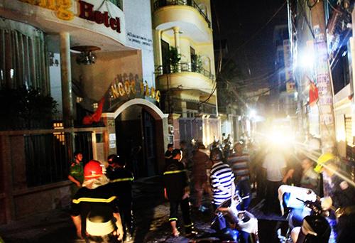 Khách sạn bị cháy cao 5 tầng nằm trong hẻm. Ảnh: Hải Thuận.