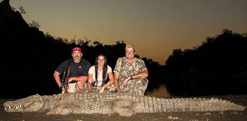 Corgatelli và các thợ săn khoe cá sấu săn được. Ảnh:express