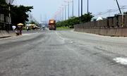 Cầu vượt thép đầu tiên của TP HCM lại bị lún