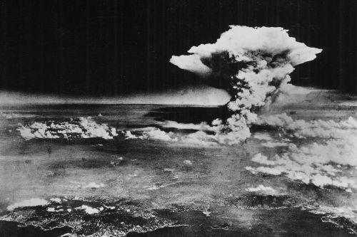 Đám khói bốc lên vụ nổ bom nguyên tử được quân đội Mỹ chụp lại ngày 6/8/1945. Ảnh: EPA
