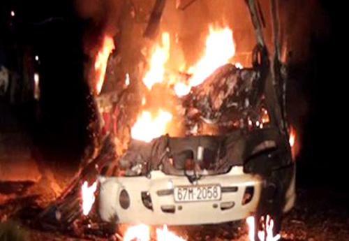 Sau khi đâm vào xe tải đang đậu, xe khách cháy rụi. Ảnh: Công an cung cấp
