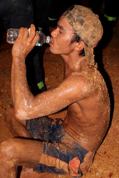 Toát mồ hôi, vất vả song các thợ đào giếng chạy đua với với thời gian nhằm giành mạng sống cho bé. Ảnh: Phước Tuấn.