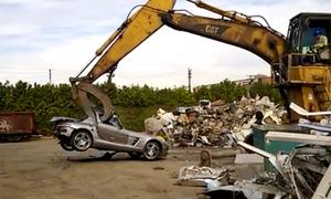 Mercedes SLS AMG bị nghiền nát trong bãi phế liệu