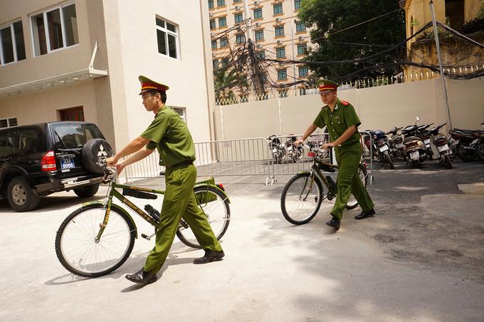 Cảnh sát trẻ thân thiện đạp xe trên phố