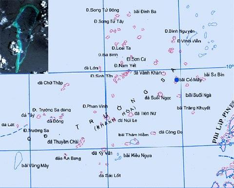 Vị trí bãi Cỏ Mây (chấm xanh) trên quần đảo Trường Sa của Việt Nam. Hình nhỏ là ảnh vệ tinh chụp bãi cạn. Đồ hoạ: blogspot