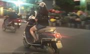 Thiếu nữ Hà Nội vừa lái Vespa vừa nhắn tin điện thoại