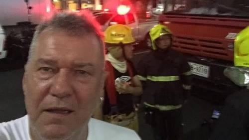 Ngôi saoJimmy Barnes chụp ảnh tại hiện trường vụ nổ bom ở Bangkok. Ảnh: SMH