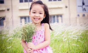 Bé gái 6 tuổi cười vui giữa thiên nhiên