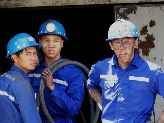 Hàng trăm công nhân ứng cứu sự cố sập lò