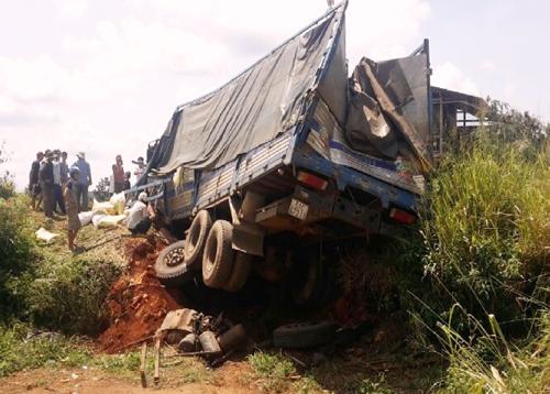 Ô tô tải đâm vào ụ đất bên đường khi đang đổ dốc. Ảnh: