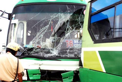 Hai xe buýt hư hỏng nặng sau cú đâm liên hoàn. Ảnh: Hải Thuận.
