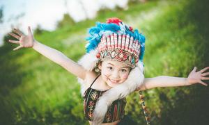 'Cô bé thổ dân' giữa đồng cỏ lau