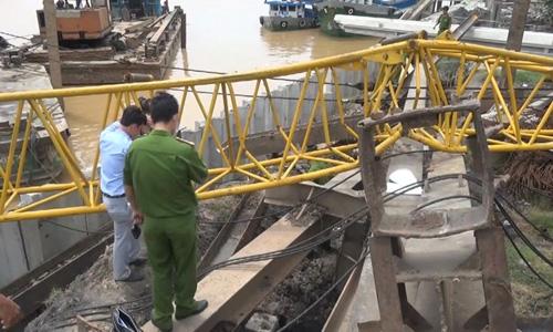 Cơ quan chức năng khám nghiệm hiện trường vụ sập cần Cẩu tại Sa Đéc. Ảnh: Long Hồ