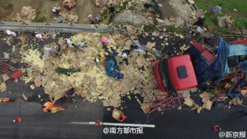 Hiện trường chiếc xe tải bị lật trên đường cao tốc. Ảnh:People's Daily