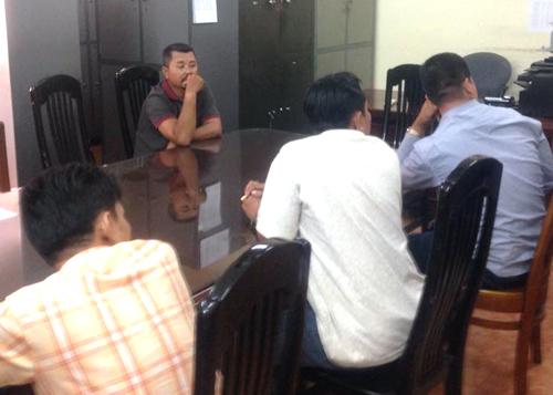 Những người liên quan trong hai đường dây bán xe vua bị bắt giữ. Ảnh: Vũ Mai.