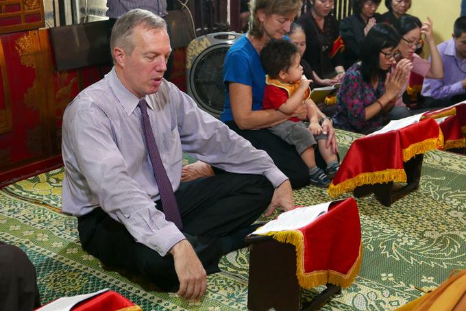 Đại sứ Mỹ niệm kinh Vu Lan tại chùa Quán Sứ