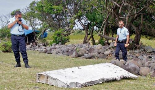 Mảnh vỡ máy bay được phát hiện ở đảo Reunion. Ảnh:AP