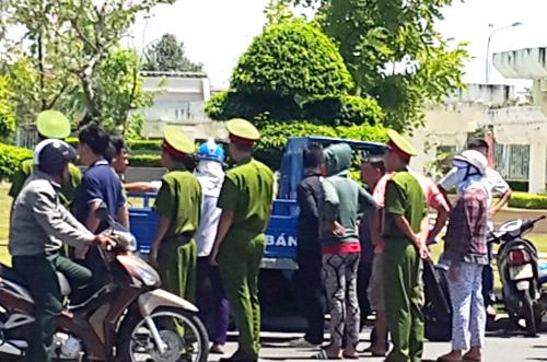 Các ngư dân dùng xe ba bánh chở cá chết đến UBND tỉnh Bà Rịa - Vũng Tàu. Ảnh: Xuân Thắng.