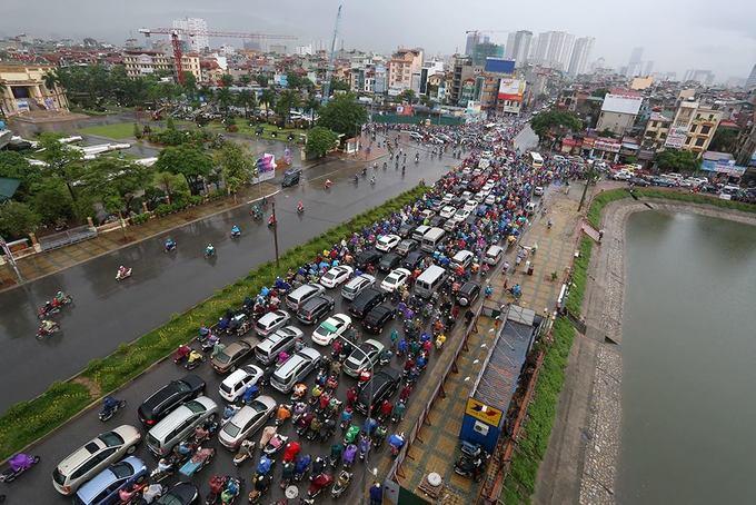 Hàng nghìn người dân chôn chân dưới trời mưa