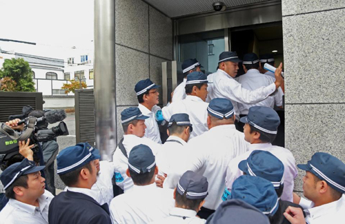 [Caption]Japanese police raid the headquarters of the Yamaken-gumi crime syndicate in Kobe, on September 9, 2015 (AFP Photo/)