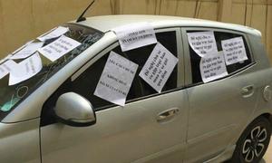Ôtô bị dán kín giấy vì 'đỗ vô ý thức'