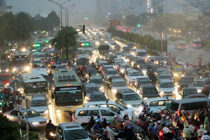 Sài Gòn tắc đường chưa từng thấy vì mưa to