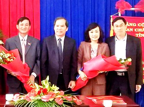 Bà Huỳnh Thị Thanh Xuân nhận quyết định bổ nhiệm Bí thư TP Đà Lạt. Ảnh: Q.D