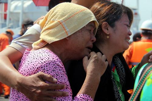 Bà Bẻo khóc ngất khi đón nhận thi thể con trai của mình. Ảnh: Phước Tuấn