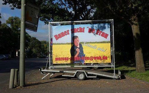 [Caption]Pic1: Tấm biển tự quảng cáo của anh Vries với mong muốn kiếm được vợ. Ảnh: Telegraph