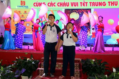 """Tiết mục hát múa """"Đèn ông sao"""" đến từ các em nuôi dạy trẻ khuyết tật tỉnh Đồng Nai. Ảnh: Hoàng Trường"""