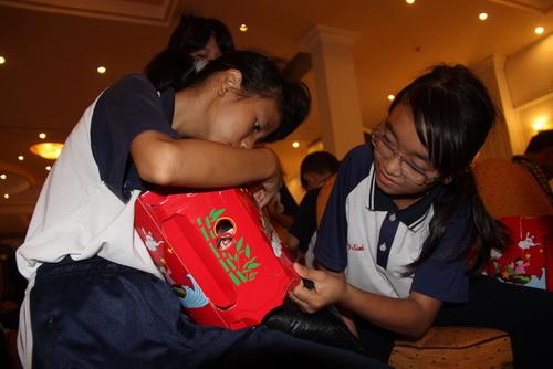 Các em tham gia ngày hội thích thú với chiếc đèn kéo quân mới được tặng. Ảnh: Hoàng Trường