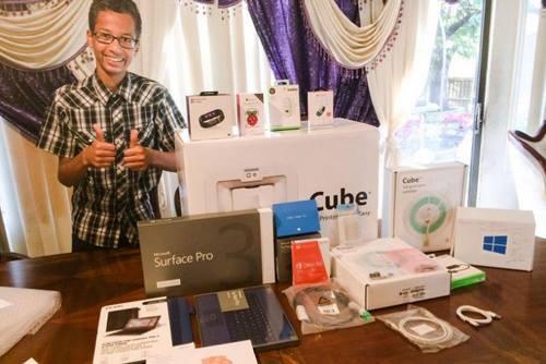 [Caption]Ảnh:Ahmed Mohamed nhận được rất nhiều quà tặng có giá trị từ các tập đoàn công nghệ. Ảnh: UK Express.