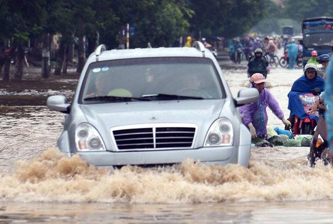 Hà Nội cấm đường vì ngập sau mưa lớn