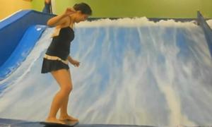 Thiếu nữ bị nước cuốn đi khi chơi lướt sóng