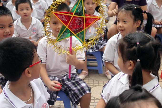 Học sinh thích thú với 'Ngày hội đèn lồng Việt'
