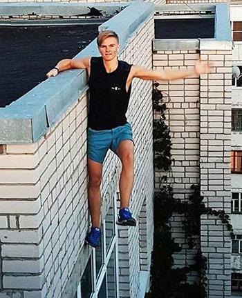 Một trong những tấm ảnh cuối cùng trênInstagramcho thấy cậu đang treo mình bên một bức tường chỉ bằng một tay.