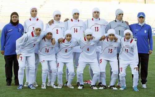 Pic 1: Đội tuyển bóng đá nữ quốc gia Iran. Ảnh: parstimes.com