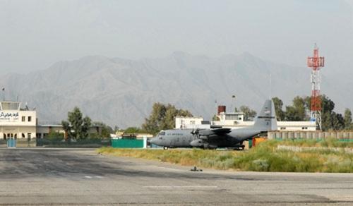 Một chiếc C-130 tại sân bayJalalabad ở Afghanistan