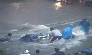 Người, xe ngã hàng loạt trong dòng nước lũ Buôn Ma Thuột