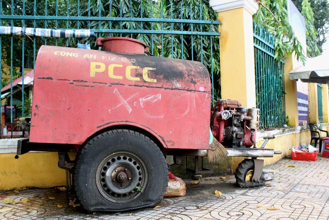 Hàng loạt xe chữa cháy thành sắt vụn trên vỉa hè Sài Gòn
