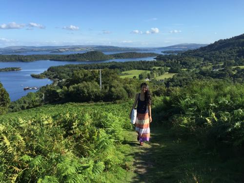 Đi bộ lên một trong những đỉnh đồi ở Loch Lomond, Scotland