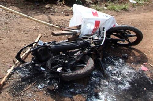 Xe máy của hai người nghi trộm chó bị đốt. Ảnh: Kh. Uyên