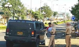 'Hành động lạ của 2 kẻ ngáo đá trên xe Hummer' nóng nhất mạng XH trong ngày